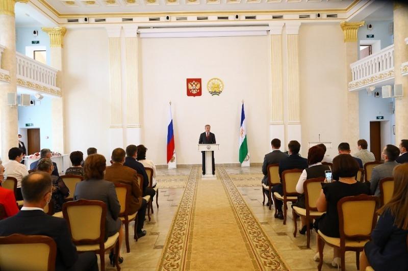 Радий Хабиров вручил государственные награды медицинским работникам Башкирии